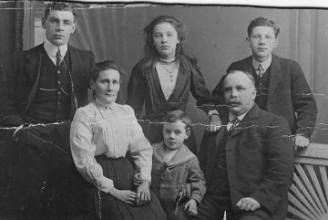 photograph: Jane and Arthur Dumville and their children